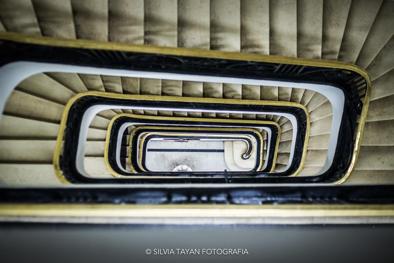 Escalera de un histórico edificio de Plaza de Armas